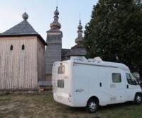 Parcheggio della chiesa in legno di Ladomirova