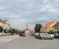 Parcheggio nella piazza di Štitnik per rifornimento acqua