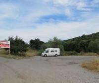 Parcheggio in campagna a nord del paesino di Lukavica